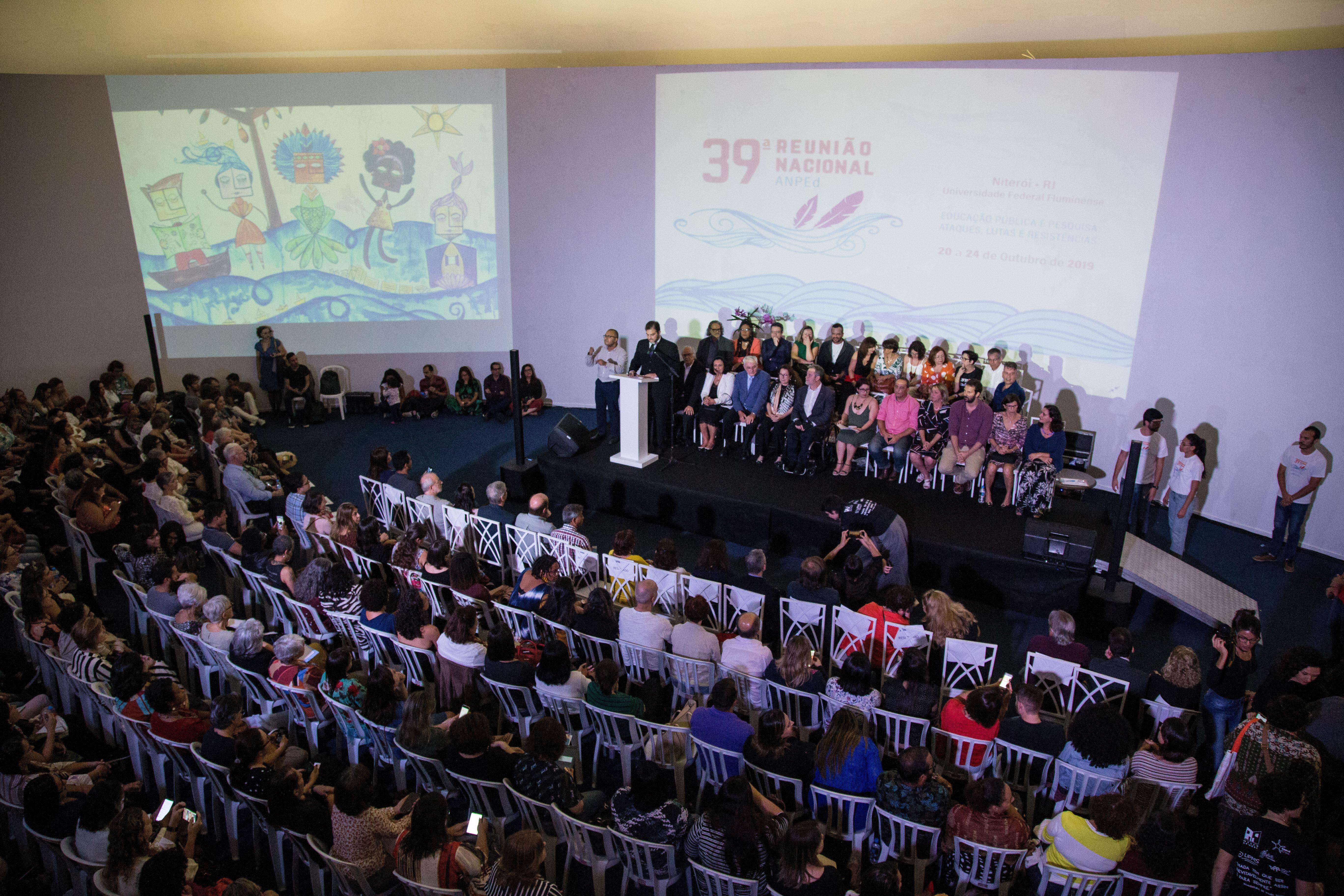 Fotografia da Abertura da 39ª Reunião Nacional da ANPEd, com público e mesa de abertura